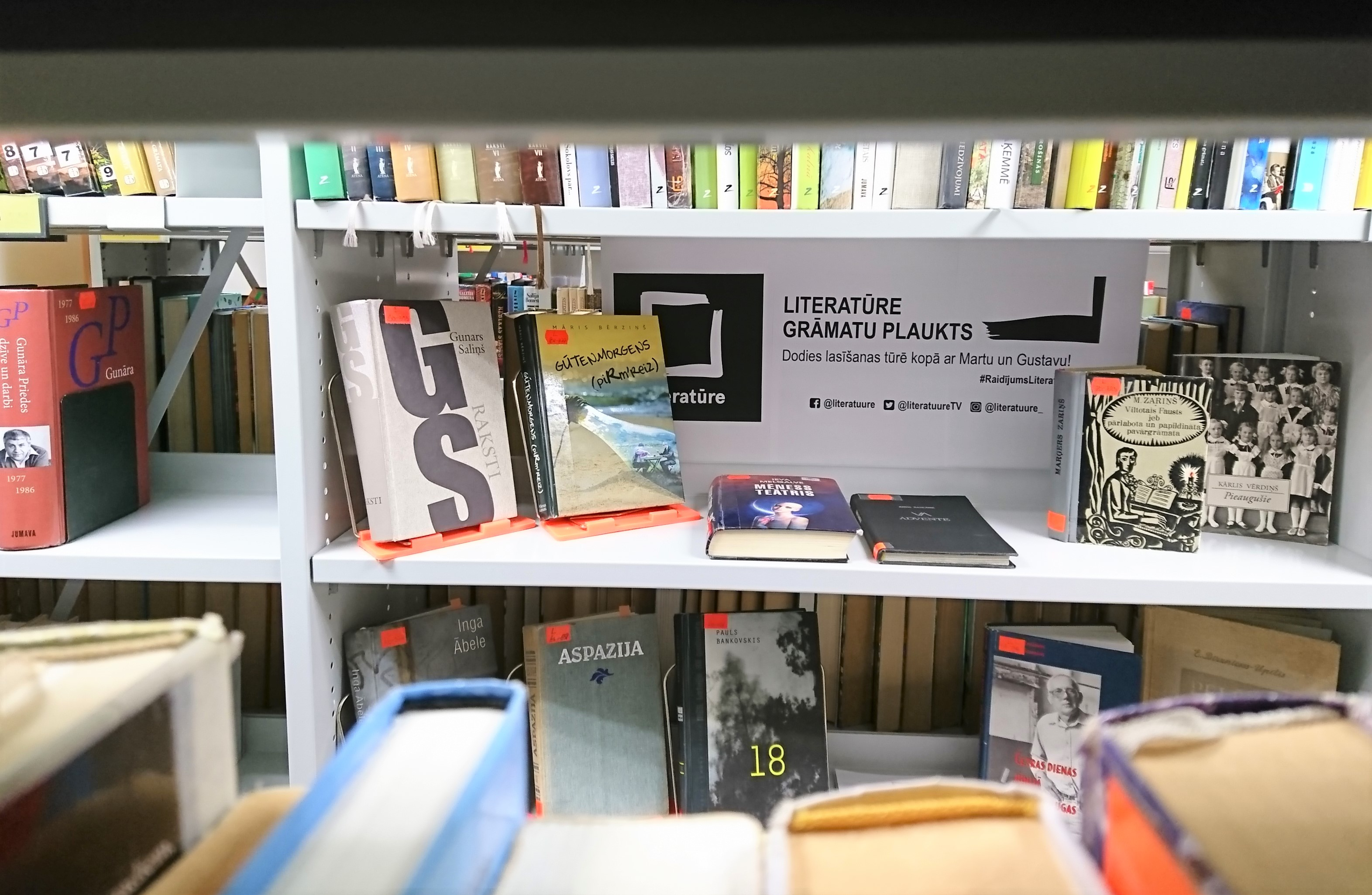 """""""Literatūre"""" Grāmatu Plaukts"""